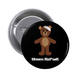 Debajo de insignia/del botón del oso de peluche de pin
