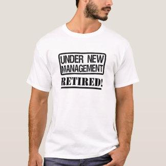 Debajo de la camisa jubilada divertida de la nueva