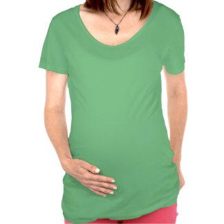 Debajo de la camiseta de la maternidad de la muest
