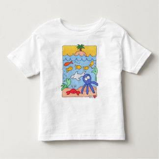 Debajo de la camiseta del blanco del niño de la