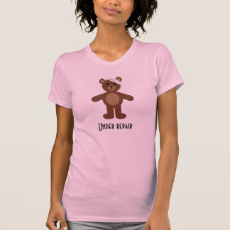 Debajo de la camiseta del oso de peluche de la
