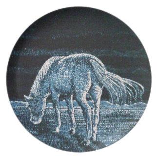 Debajo de la placa de la melamina del caballo de l plato de cena