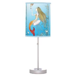 Debajo de la sirena hermosa del mar lámpara de escritorio