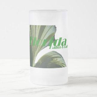 Debajo de la taza de la palmera