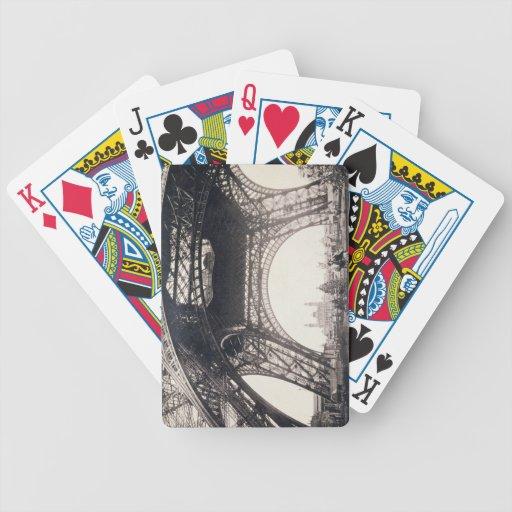 """Debajo de la torre Eiffel, antes de ascender, de """" Baraja De Cartas"""