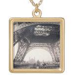 """Debajo de la torre Eiffel, antes de ascender, de """" Colgante Personalizado"""