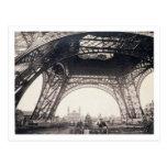 Debajo de la torre Eiffel, antes de ascender, de Postal
