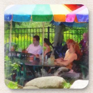 Debajo de los paraguas coloridos posavasos