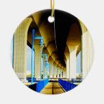 Debajo de luces del puente y de la foto azules de  ornamento de navidad
