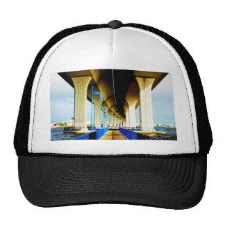Debajo de luces del puente y de la foto azules de  gorras