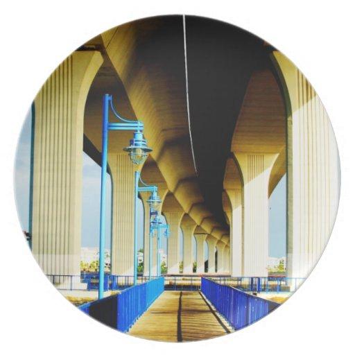 Debajo de luces del puente y de la foto azules de  plato de cena