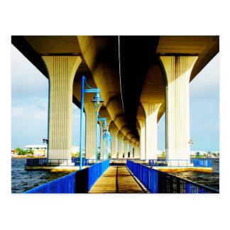 Debajo de luces del puente y de la foto azules de postal