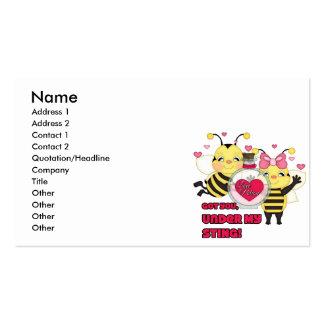 Debajo de mis abejas divertidas de la tarjeta del