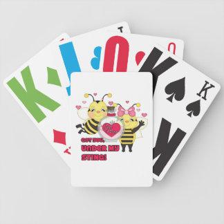Debajo de mis abejas divertidas de la tarjeta del barajas de cartas