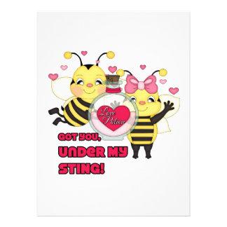 Debajo de mis abejas divertidas de la tarjeta del invitacion personal