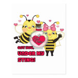Debajo de mis abejas divertidas de la tarjeta del  postal