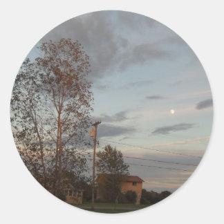 Debajo de una luna extraña pegatina redonda