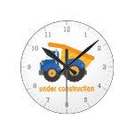 Debajo del camión del azul de la construcción reloj