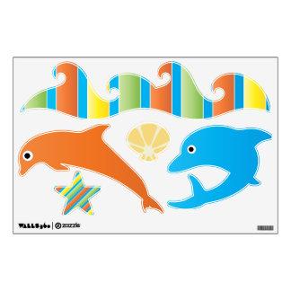 Debajo del mar el delfín agita la etiqueta de la vinilo adhesivo