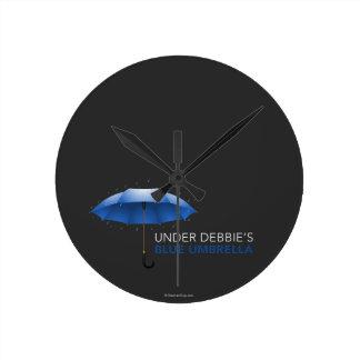 Debajo del paraguas azul de Debbie Reloj Redondo Mediano