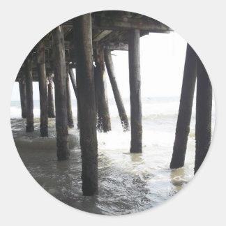 Debajo del paseo marítimo etiqueta redonda