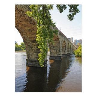 Debajo del puente de piedra del arco postales