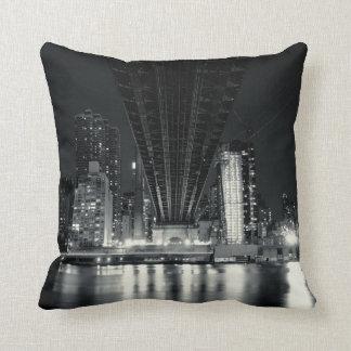 Debajo del puente de QueensBoro - NYC Cojin