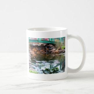 Debajo del puente taza de café