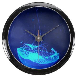 Debajo del reloj de la aguamarina de las medusas d relojes pecera