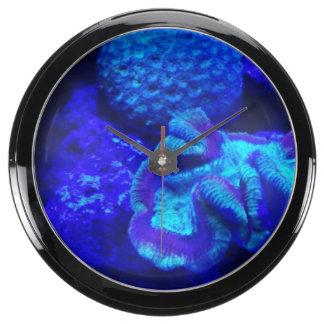 Debajo del reloj de la aguamarina del mar relojes pecera