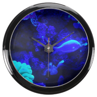 Debajo del reloj marchito de la aguamarina relojes aqua clock