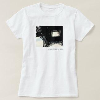 ...debout sous le géant T-Shirt
