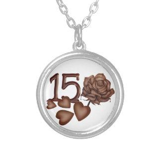 décimo quinto chocolate del cumpleaños subió y collar plateado