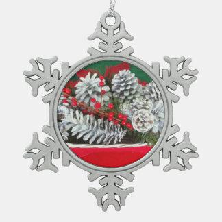 Decoración del acebo del cono del pino adorno de peltre en forma de copo de nieve