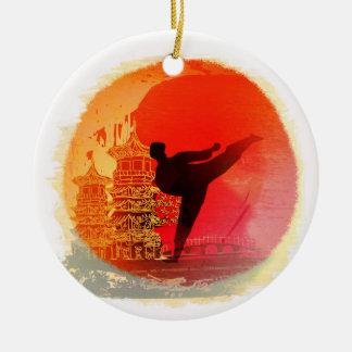 decoración del hombre del karate adorno navideño redondo de cerámica