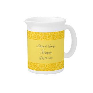 Decoración floral amarilla del florero o de la jar jarra de beber