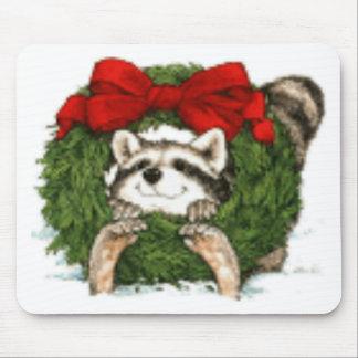 Decoración y mapache de la guirnalda del navidad mousepads