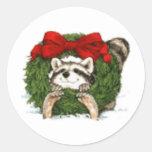 Decoración y mapache de la guirnalda del navidad pegatinas redondas