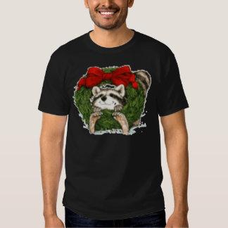 Decoración y mapache de la guirnalda del navidad remera