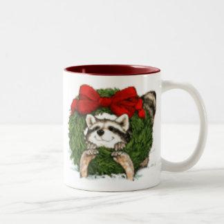 Decoración y mapache de la guirnalda del navidad taza dos tonos
