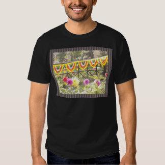 Decoraciones de la guirnalda del jardín de flores playera