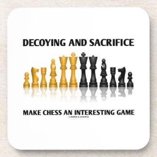 Decoying y el sacrificio hacen ajedrez el juego posavasos de bebida