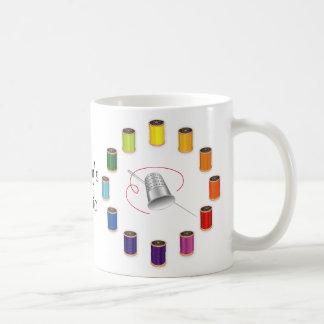 Dedal, aguja e hilos de costura taza de café