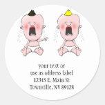 Dedo que señala al bebé del grito etiquetas redondas