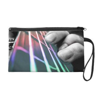 Dedos de la guitarra baja del arco iris