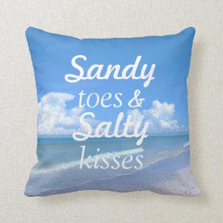 Dedos del pie de Sandy y besos salados Cojín Decorativo