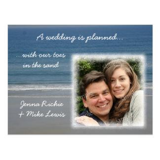Dedos del pie en la invitación del boda de la postales