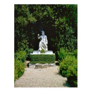 Deidad romana en el jardín postal
