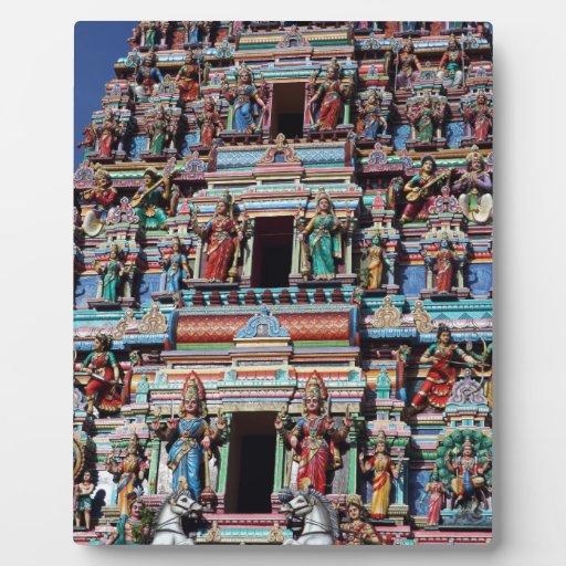 Deidades hindúes y dioses en gopuram del templo placa