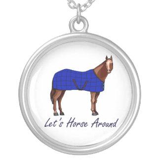 Deja el caballo alrededor de la manta azul de colgante redondo